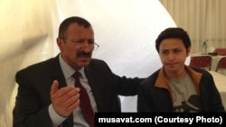 Tofiq Yaqublu oğlu ilə yas çadırında, 27 aprel, 2015-ci il