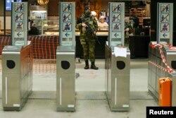 Бельгійський солдат патрулює одну зі станцій метро у Брюсселі. 25 листопада 2015 року