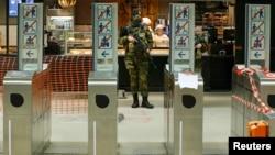Војник во метро станица во Брисел.
