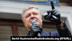 Петро Порошенко перед тим, як йти на засідання суду. Київ, 18 червня 2020 року