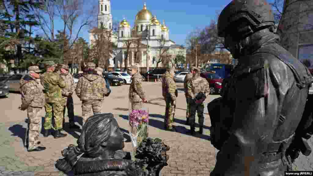 Накануне 8 Марта кто-то положил букет в руки скульптуре – девочке в памятнике «Вежливым людям»