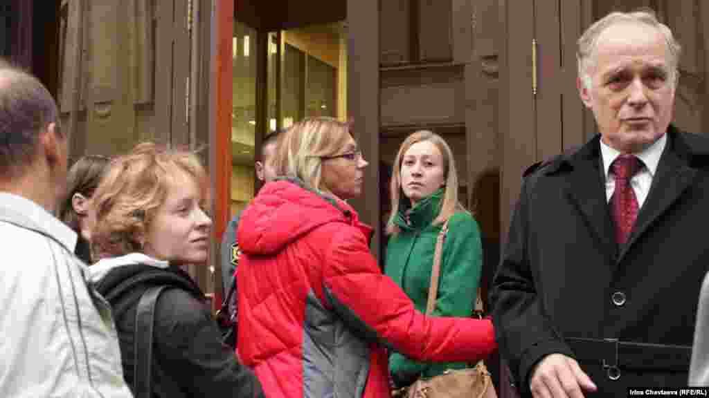 Жителей пускают в здание администрации президента