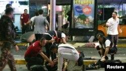Дәрігерлер Ататүрік әуежайындағы жарылыстан зардап шеккен адамдарға көмектесіп жатыр. Стамбул, 28 маусым 2016 жыл.