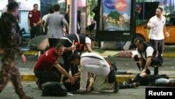 Медицинские работники осматривают раненных во время взрыва в аэропорту Стамбула. 28 июня 2016 года.