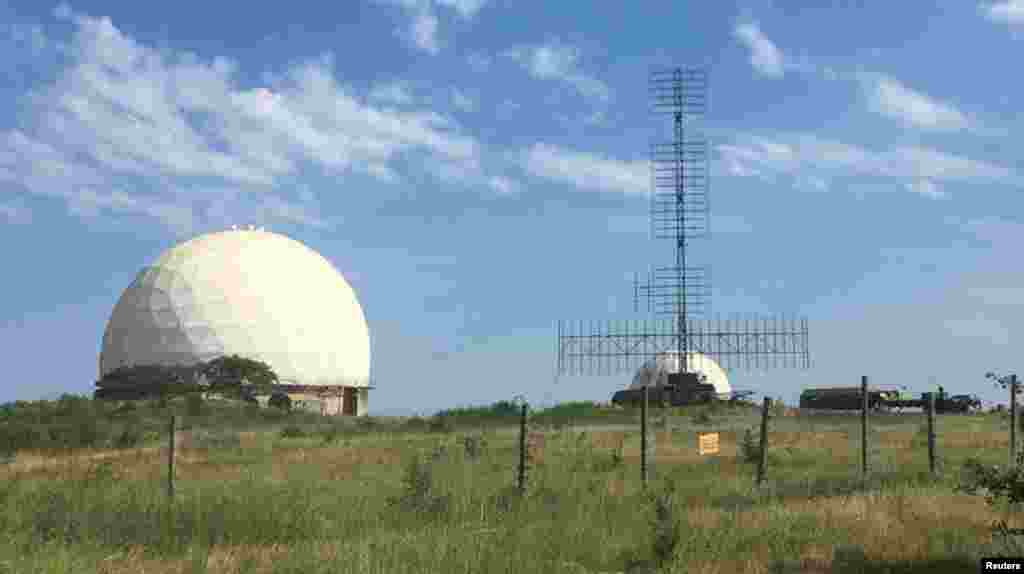 Другая часть этой программы –воссоздание цепи радаров слежения на крымских возвышенностях.В июле 2016 года на станцию приехали два военных грузовика с антеннами. «Сейчас там полноценная военная база, а также система ПРО», –рассказал местный житель.