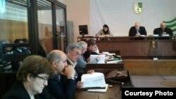 Суд должен был заслушать протоколы показаний подсудимого Рамина Хмаила в ходе предварительного следствия. Но до того он заявил, что после пыток ему навязали сценарий, согласно которому он должен был давать признательные показания