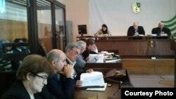 Первая попытка провести судебный процесс началась в марте и закончилась через четыре месяца, когда 9 июля председательствующий на процессе судья подал в отставку в связи с истечением срока полномочий