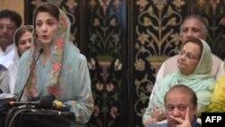 مریم نواز وینا کوي، څنګ ته یې پلار او پخوانی وزیر اعظم نواز شریف ناست دی