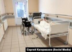 Больной в коридоре Покровской больницы Санкт-Петербурга