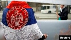 Противник ЄС загорнутий у прапор Сербії, Белград, квітень 2013 року
