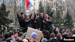 Павел Губарев (второй справа) во время пророссийской демонстрации в Донецке, 5 марта 2014 года