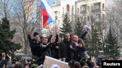 Когда, казалось бы, Украина выбрала Запад, вдруг целые регионы на востоке страны поднимают российские флаги