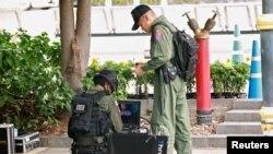 Офицеры-минеры исследуют одно из разорвавшихся устройств в Бангкоке. 2 августа 2019 года