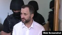 Fostul premier Vlad Filat, sub escorta oamenilor legii