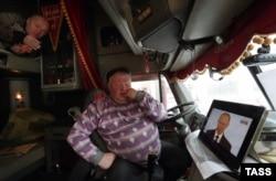 Делекобійники в Іваново слухають звернення Володимира Путіна до парламенту Росії. 3 грудня 2015 року