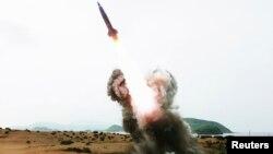 Одно из недавних ракетных испытаний в КНДР (официальное фото)