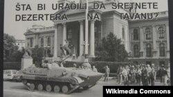 Plakat sa oklopnim transporterom ispred skupštine, koji je rezervista Vladimir Živković vratio sa fronta u Vukovaru nazad do Savezne Skupštine u Beogradu, u znak protesta protiv rata.
