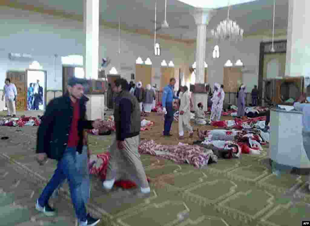 ЕГИПЕТ - Најмалку 184 луѓе се убиени, а над 120 се ранети, кога милитантите со бомби и огнено оружје нападнале една џамија во Северен Синај, информираа египетските власти. Државната новинска агенција МЕНА објави дека милитантите кои дошле со четири џипа почнале да пукаат во верниците кои се собрале на петочната молитва во џамијата во градот Бир ал-Абд на околу 40 километри од главниот град на провинцијата, Ел-Ариш.