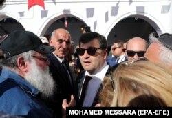 رونی طرابلسی (وسط)، وزیر گردشگری تونس که خود یهودی و از برگزارکنندگان پیشین این مراسم است، امسال به کنیسه جربه رفت.