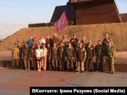 Ірина Резуник з членами «кримської самооборони». Фото зі сторінки Ірини Резуник «Вконтактe» (нині вже недоступне)