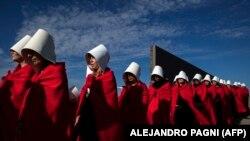 Aktivistice obučene u likove iz distopijske knjige Margaret Atwood Sluškinjina priča (The Handmaid's Tale) u Argentini