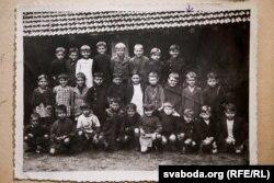 Алесь (другі справа ў другім шэрагу) сярод аднаклясьнікаў у пачатковай школе ў Францыі