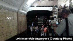 "Люди выходят из тоннеля метро на станции ""Библиотека имени Ленина"""