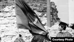 Узган гасырның 90нчы еллары. Вәлиулла Ягъкуб әләм янында