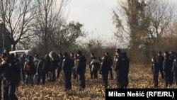 Сербия менен Хорватиянын чегине чогулган мигранттар.