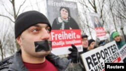 Germany -- Members of Journalists Without Borders protest against Azerbaijan's President Ilham Aliyev during his visit to meet German Chancellor Angela Merkel, in front of the Chancellery in Berlin, January 21, 2015