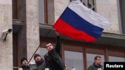Проросійські демонстранти встановлюють російський прапор біля будівлі Донецької ОДА, 5 березня 2014 року