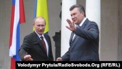 Ukrainian President Viktor Yanukovych (right) welcomes his Russian counterpart, Vladimir Putin, to Yalta on July 12.