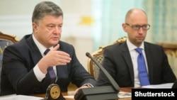 Президент України Петро Порошенко (ліворуч) та прем'єр-міністр України Арсеній Яценюк (архівне фото)
