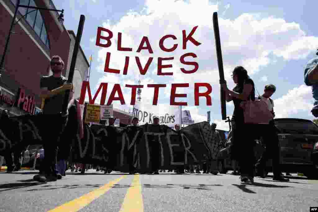 Після того, як минулого року білий поліцейський застрелив Майкла Брауна, йому не висунули жодного обвинувачення