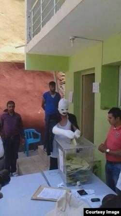 Türkiyədə yaralı vətəndaş da səs vermək üçün gəlib. 15 iyun 2015