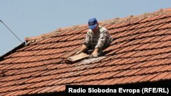 Popravka krovova u jednom od zeničkih naselja, foto: Šerif Babić.