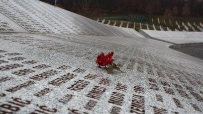 Ruža na ploči Memorijalnog centra Potočari na kojoj su ispisana imena srebreničkih muškaraca i dječaka ubijenih u julu 1995. godine