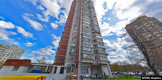 Згідно з російським реєстром нерухомості, дружина міністра має у власності третину квартири на 109 квадратних метрів у Москві (разом із матір'ю і братом)