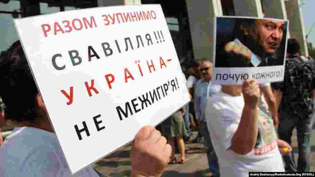 Другий день «Мовного майдану». На плакаті згадано і резиденцію Віктора Януковича «Межигір'я». Київ, 4 липня 2012 року
