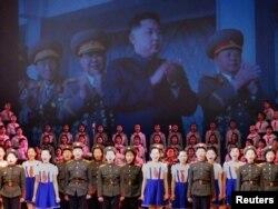 Ким Чен Ир и его сын Ким Чен Ун на экране во время празднования дня рождения Ким Чен Ира. Пхеньян, 14 февраля 2011 года