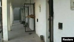 Банну шаарындагы арестанттар качып кетип, ээн калган абак жайдын эшиктери ачык турат. Пакистан. 15-апрель 2012