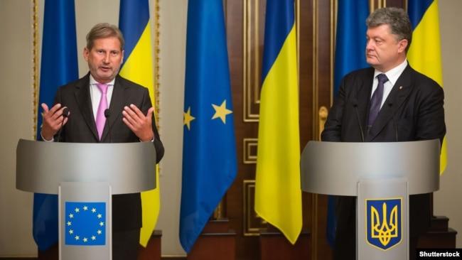 Президент України Петро Порошенко (п) і єврокомісар Йоганнес Ган під час зустрічі у Києві 11 вересня 2015 року