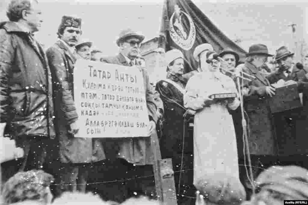 Cулдан икенче: Дамир Галимҗанов (Чаллы), Чыгыш ясаучы - Фәүзия Бәрәмова, артында - Тәлгать Таҗетдин