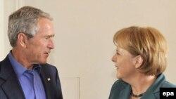 جرج بوش، رییس جمهوری آمریکا روز چهارشنبه با آنگلا مرکل، صدر اعظم آلمان در ویلایی در خارج از شهر برلین دیدار کرد.(عکس: EPA)
