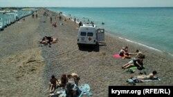 Машина скорой помощи на пляже в Новофедоровке, где утонул мужчина, 17 июня 2020 года