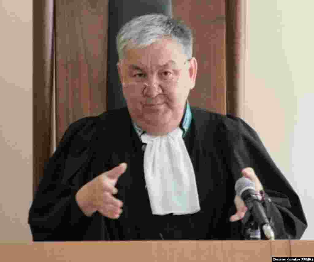 Судья Мейрам Жангуттинов закончил читать приговор в отношении Жаксылыка Доскалиева. Астана, 5 августа 2011 года. -