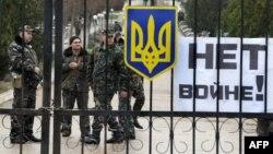 Українські військові охороняють авіабазу в Бельбеку поблизу Севастополя, 4 березня 2014 року
