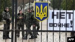 Militari ucraineni la baza aeriană de la Belbek, în apropiere de Sevastopol, 4 martie 2014