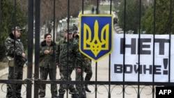 Украинские летчики охраняют свою базу в Бельбеке, под Севастополем