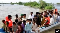 Эвакуация жертв наводнения. Синд, 16 августа 2011 года.